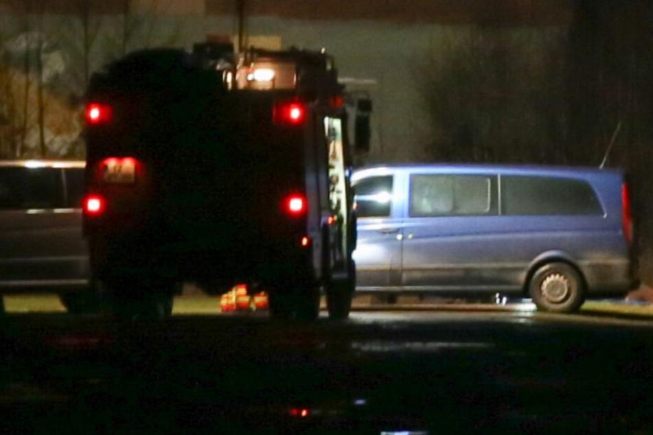 Hinter dem blauen Wagen wurden die Leichen gefunden.