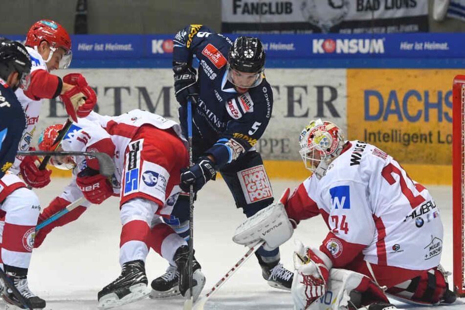 Geht Sebastian Zauner (M.) auch Freitag so aggressiv vor Landshuts Keeper Jaroslav Hübl zu Werke?