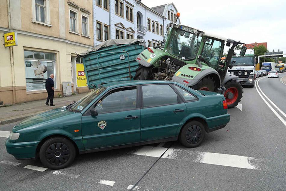 An einer Dresdner Ampelkreuzung rauschte ein Traktor in einen VW Passat.