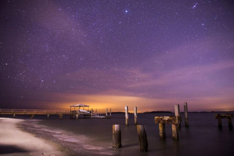 Der Geminiden-Meteorstrom am 14. Dezember am Nachthimmel über Tybee Island (USA).