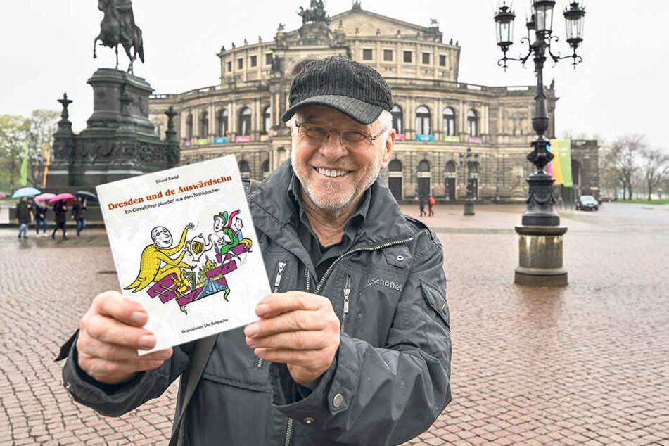 Erhard Riedel zeigt stolz sein kleines Büchlein. Der Autor führt nicht nur durch Dresden, sondern auch durchs DDR-Museum und referiert deutschlandweit über Sachsens Geschichte.
