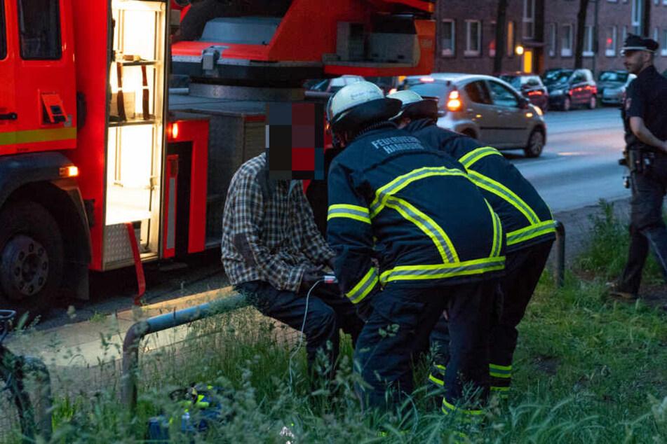 Feuerwehrmänner untersuchten den Wohnungsbesitzer.