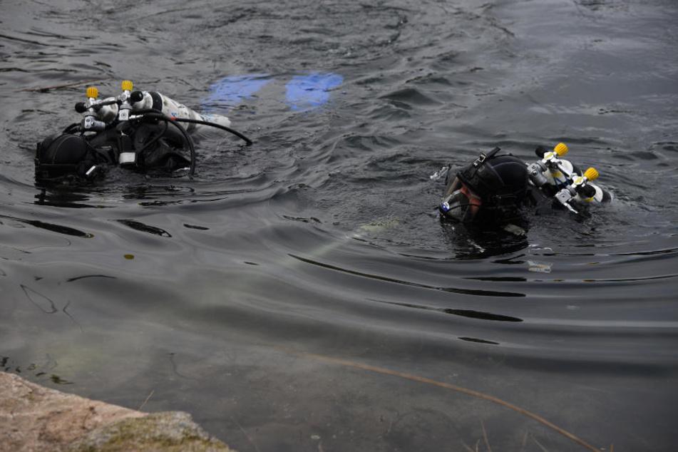 Die Taucher beim Einsatz im Pfingstbergweiher.