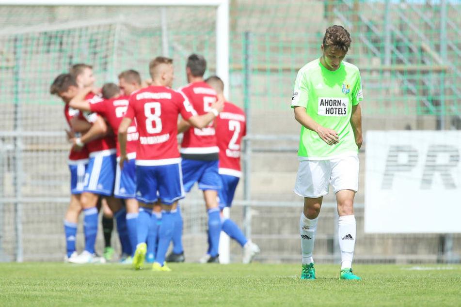 Torjubel nach dem Treffer zum 1:0 durch Torschütze Stephan Hain (Unterhaching) hinter dem enttäuschten Tom Baumgart (Chemnitz).