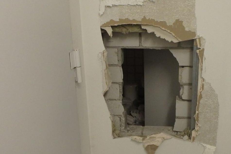 Durch dieses Loch konnten die Diebe unbemerkt in den Laden eindringen und auch wieder aus ihm flüchten.