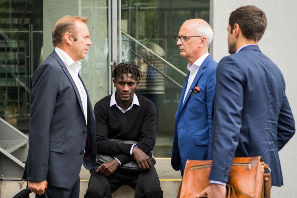 Jatta wurde bei seiner DFL-Anhörung von Vereinsboss Bernd Hoffmann (links) begleitet.
