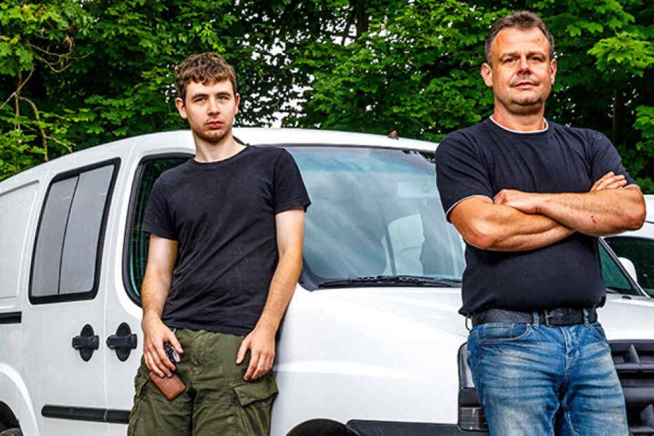 """Christoph Göbel (21, l.) wird nie wieder den Schlüssel im  Auto stecken lassen. Jens Flöter (43), Chef vom Menüservice """"Burgteich"""" fand seinen Lieferwagen  nur wenige Kilometer hinter der Grenze."""