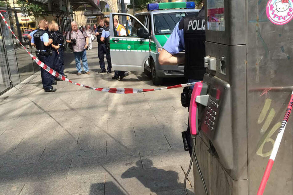 Die Polizei sperrte rund um das Telefon an der Zentralhaltestelle ab.