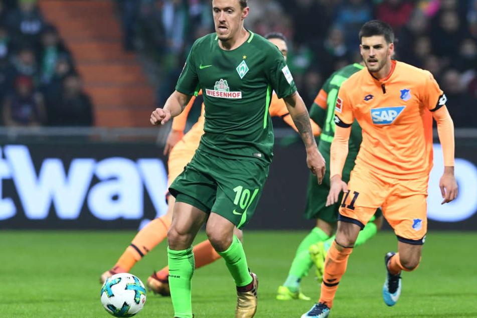 Bremens Max Kruse (l.) kämpft gegen Hoffenheims Florian Grillitsch um den Ball.