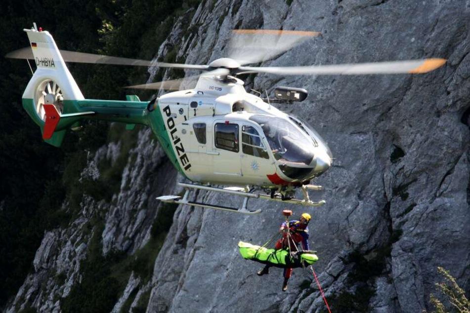 Beamte der Alpinen Einsatzgruppe (AEG) der bayerischen Polizei bargen den Leichnam der Frau mit einem Hubschrauber. (Symbolbild)