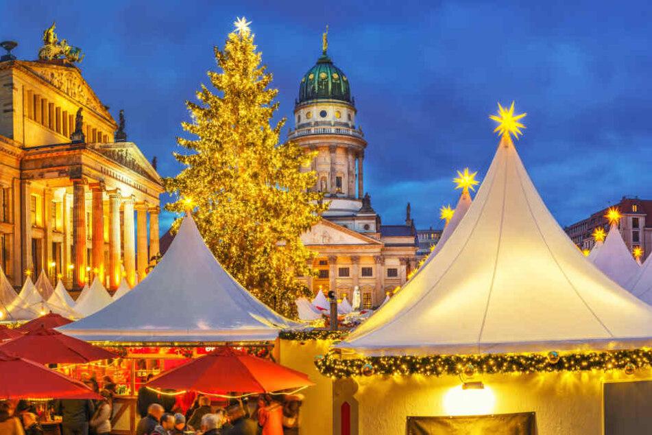 Die weißen Zelte werden von leuchtenden Sternen gekrönt und zaubern ein besonderes Flair beim WeihnachtsZauber am Gendarmenmarkt.