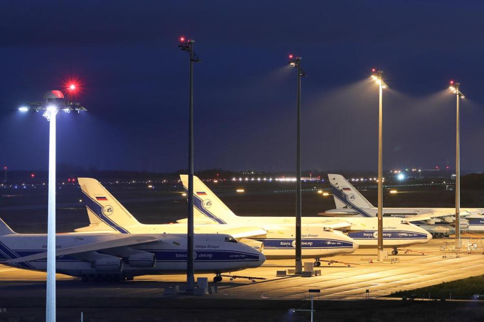 Mehrere der riesengroßen Antonow-Maschinen stehen auf dem Rollfeld des Airports in Schkeuditz. Das Modell AN-225 ist das größte Frachtflugzeug der Welt.