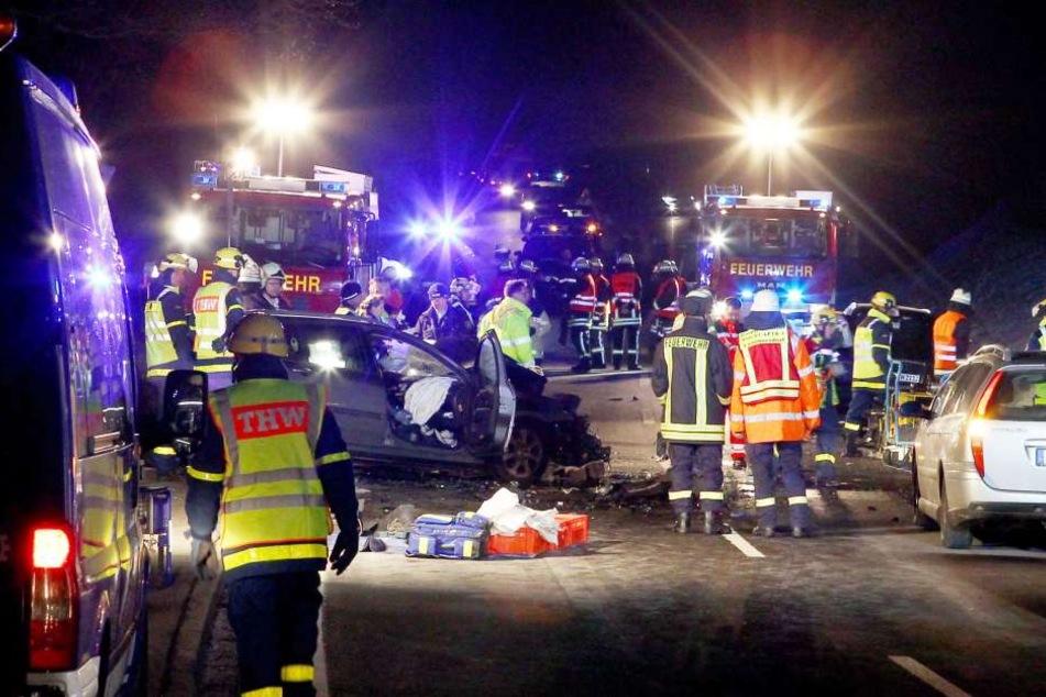 Der Mann (21) krachte in den Gegenverkehr. Er verstarb noch an der Unfallstelle. Fünf weitere Personen wurden verletzt, darunter zwei Kinder.