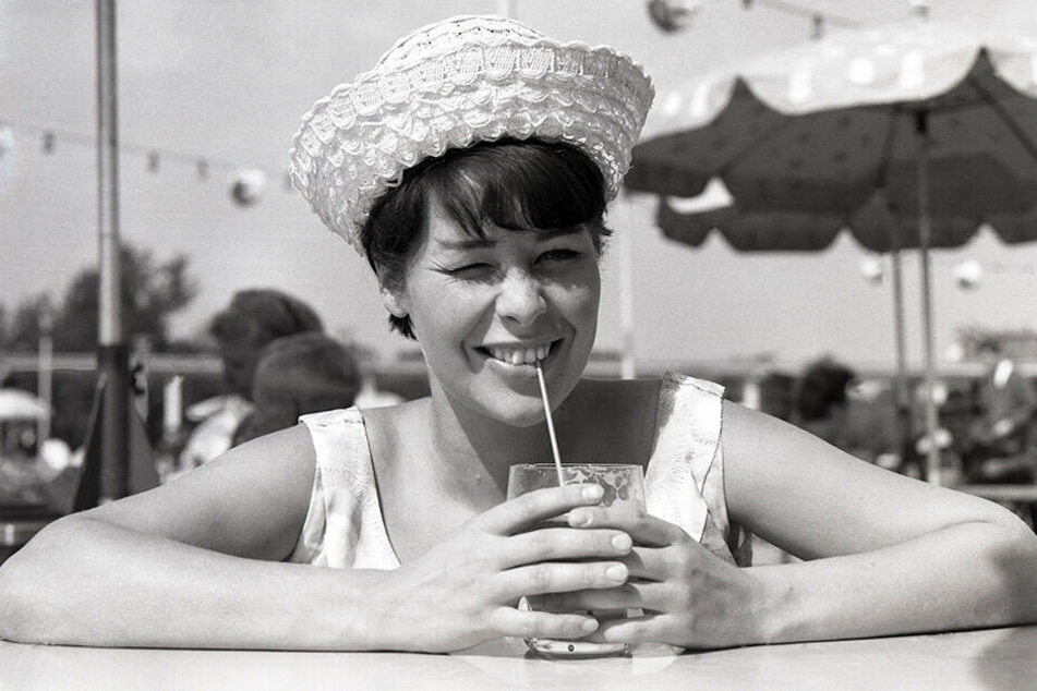 Frech & jung: Marita Böhme 1966 mit Sommerhut und Erfrischung im Glas.