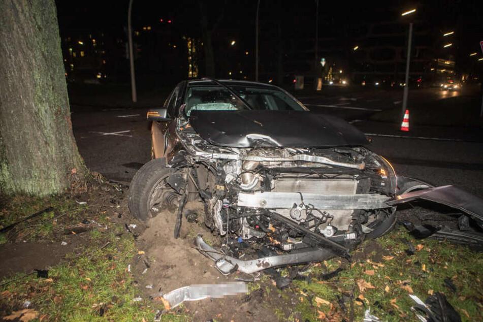 Die Front des Mercedes-AMG wurde durch die Wucht des Zusammenstoßes abgerissen.