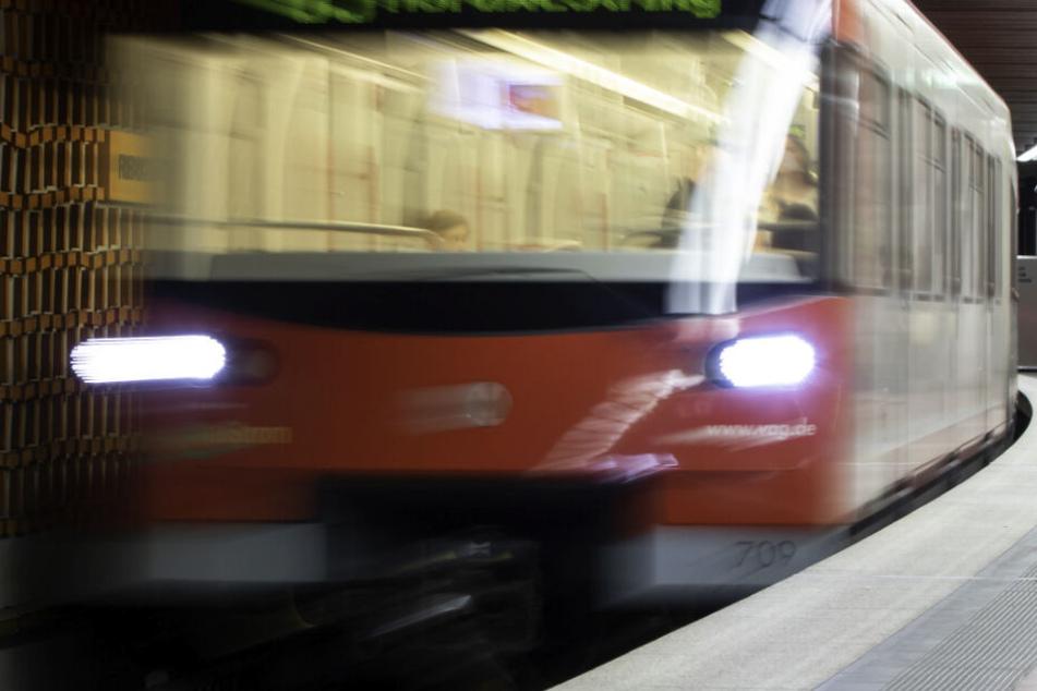 In Nürnberg ist ein Mann vor eine U-Bahn geschubst worden. (Symbolbild)
