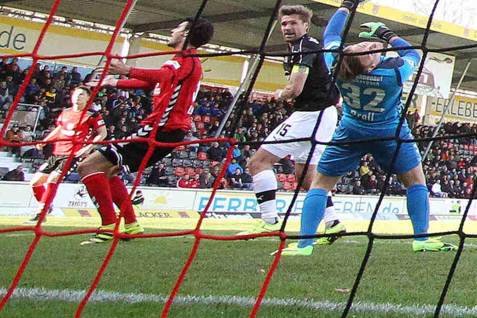 Toooor! Ronny König (m.) trifft am 25. März im Spiel des FSV Zwickau bei der SG Sonnenhof Großaspach zum siegbringenden 2:1.