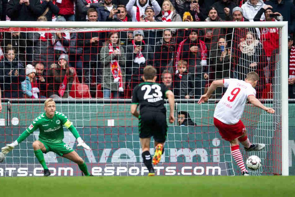 Simon Terodde erzielte per Elfmeter das vorentscheidende 2:0 (52.).