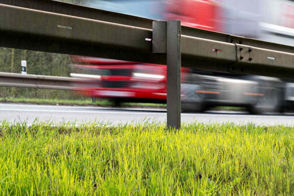 Ein Lasterfahrer hat auf einem Parkplatz an der A72 einen heftigen Unfall verursacht. (Symbolbild)