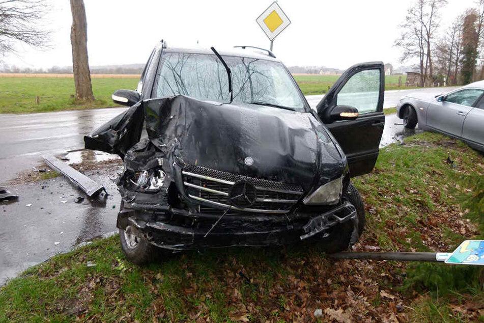 Der BMW und Mercedes sind stark demoliert. 30.000 Euro Schaden sind bei dem Crash entstanden.