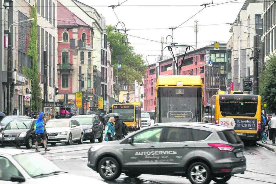 Autos, Straßenbahnen, Busse - und zwischendurch wuseln Fußgänger: Momentan  ist die Haltestelle ein Unfallschwerpunkt.