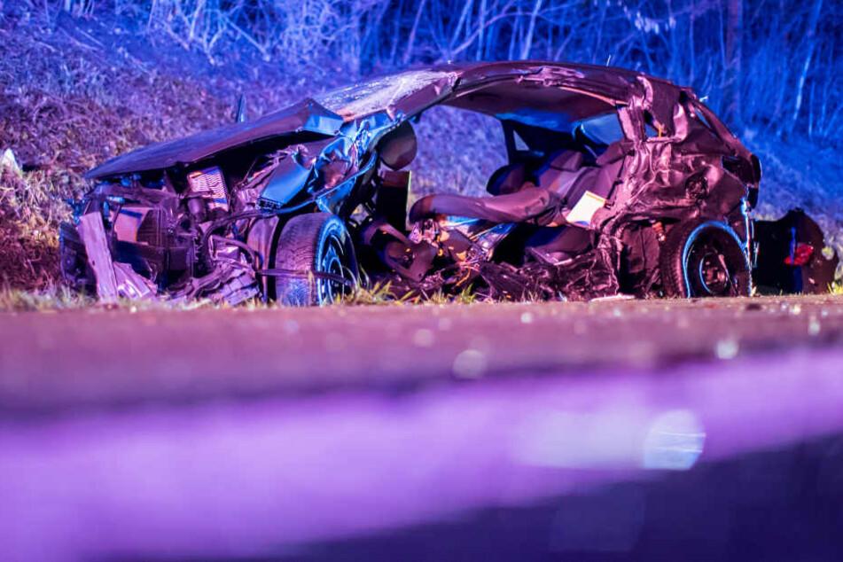 In dem Auto-Wrack kam ein Mann ums Leben.