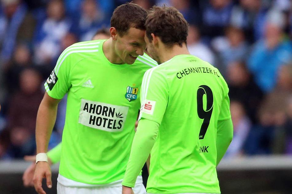 Spitzbübisch feierten Tim Danneberg (l.) und Torschütze Anton Fink das frühe 1:0 in Magdeburg.