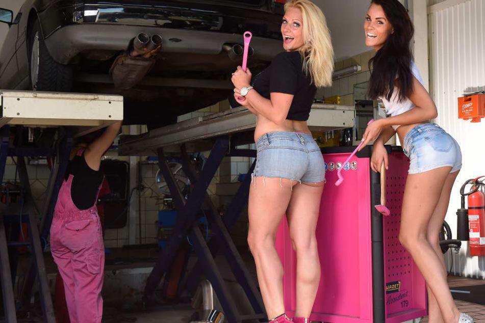 Unter fachmännischer Aufsicht und mit Hilfe von Werkstatt-Chefin Carolin  gehen Christiane und Jana dem alten Audi ans Rohr.