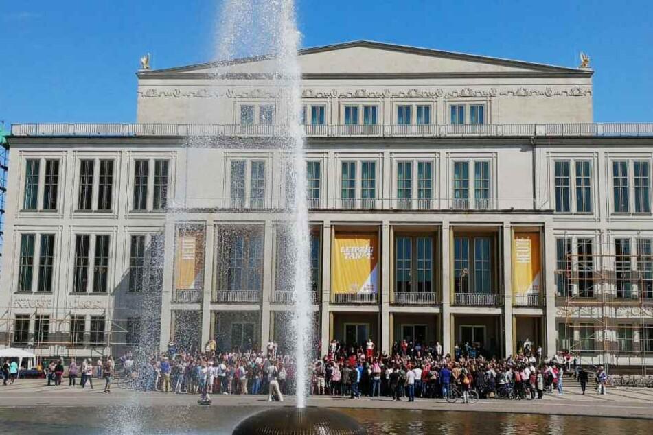 Zahlreiche Zuschauer versammelten sich vor der Leipziger Oper, um den Tänzern auf die Füße zu schauen.