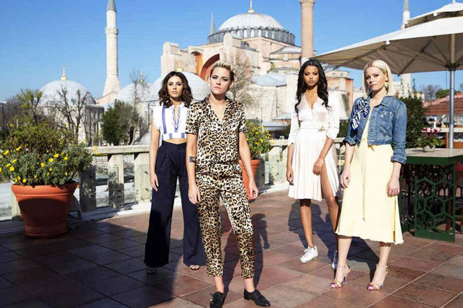 Die Engel über den Dächern von Istanbul: Sabina Wilson (Zweite von links, Kristen Stewart), Jane Kano (Ella Balinska), Elena Houghlin (l., Naomi Scott) und Bosley (r., Elizabeth Banks).