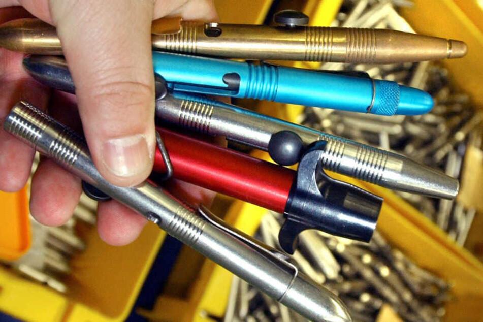 Mann geht mit Schießkugelschreiber auf Ex-Freundin los