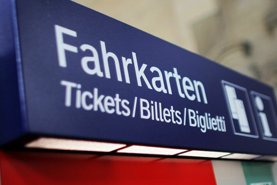 Als die Zugbegleiterin die Karten holen wollte, wurde sie von den Männern bedrängt.