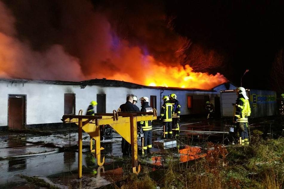 Noch immer brennt die Lagerhalle.