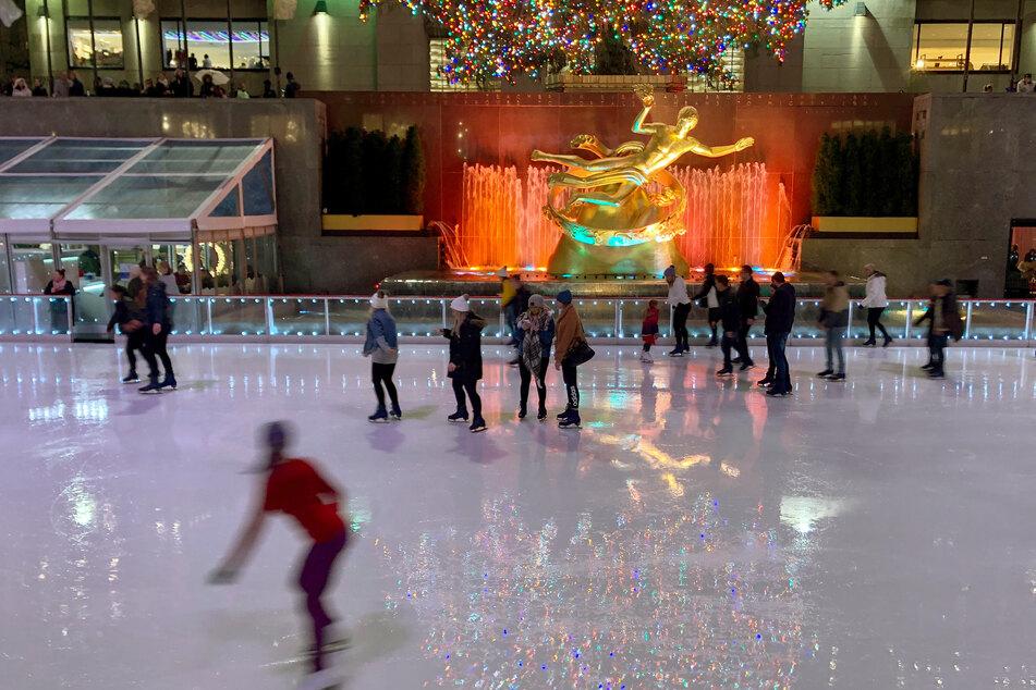 Die Eislaufbahn vor dem New Yorker Rockefeller Center darf auch zu Corona-Zeiten genutzt werden, aber nicht so lang wie gewöhnlich.