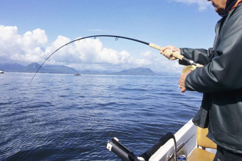 Vor der australischen Küste ist ein Angler von einem Fisch ins Meer gezogen worden. Dort wartete er stundenlang auf seine Rettung. (Symbolbild)
