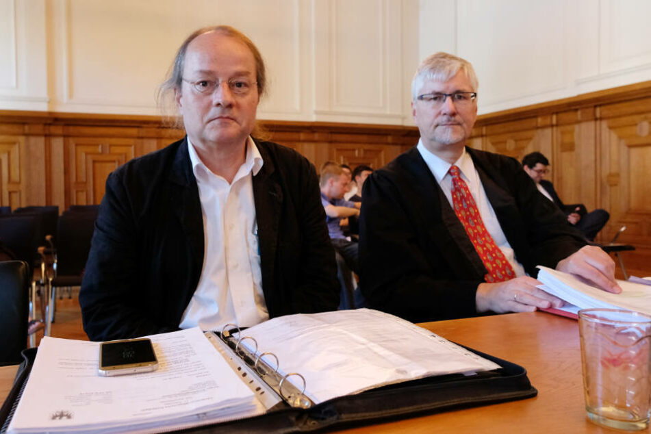 Der 56-Jährige Kläger (l.) neben seinem Anwalt Thomas Lerche. Er hat vom Gericht Recht bekommen.
