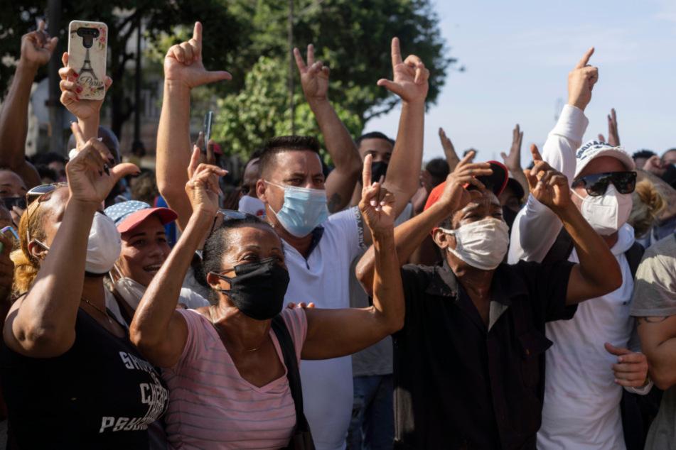 Anti-Regierungs-Demonstranten marschieren in Havanna, Kuba. Hunderte Demonstranten gingen in mehreren Städten Kubas auf die Straße, um gegen die anhaltende Lebensmittelknappheit und die hohen Preise für Lebensmittel zu protestieren.