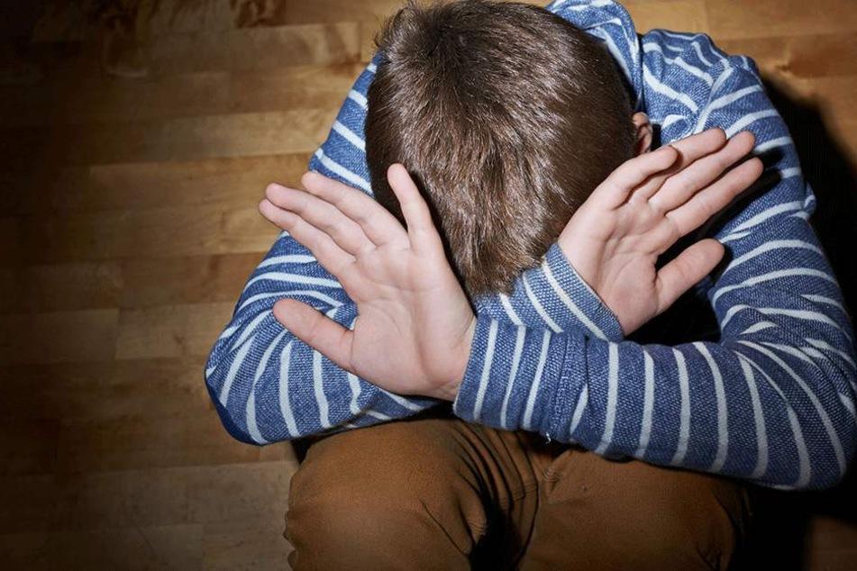 Laut Polizei machte sich der Täter den Jungen mit einem Messer gefügig (Symbolbild).