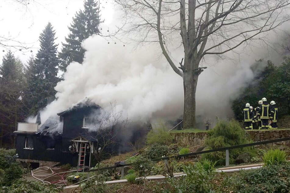 Mitten im Wald von Jonsdorf bei Zittau brach am Sonntagmorgen in einem Haus ein Feuer aus.