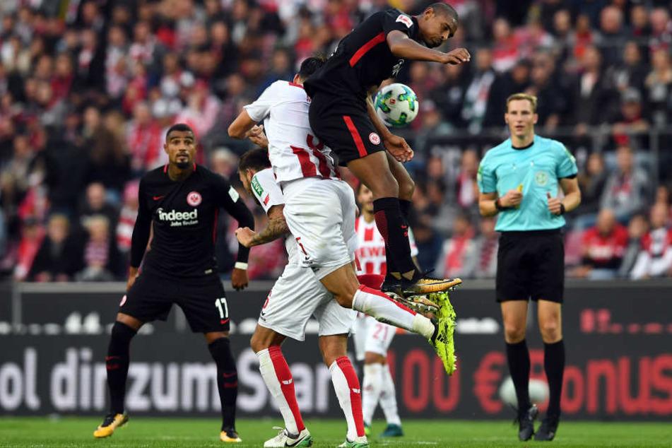 Sébastian Haller überspringt die Kölner Abwehrspieler.
