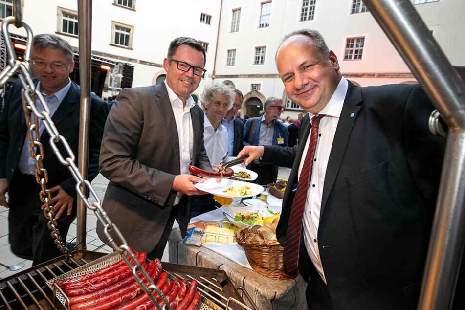 Ab sofort geht's im Stadtrat um die Wurst: Hier serviert OB Dirk Hilbert (47, FDP) freudestrahlend CDU-Kollege Mario Schmidt (44) sein Abendessen.