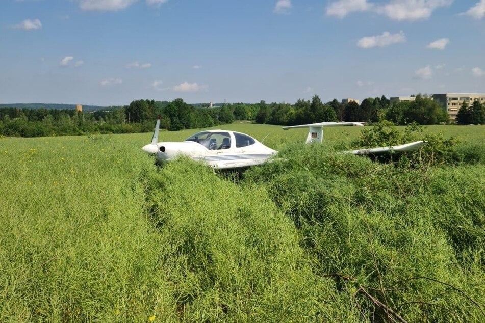 Bruchlandung! Ein Flugzeug landete am Freitagvormittag in einem Rapsfeld in Auerbach.
