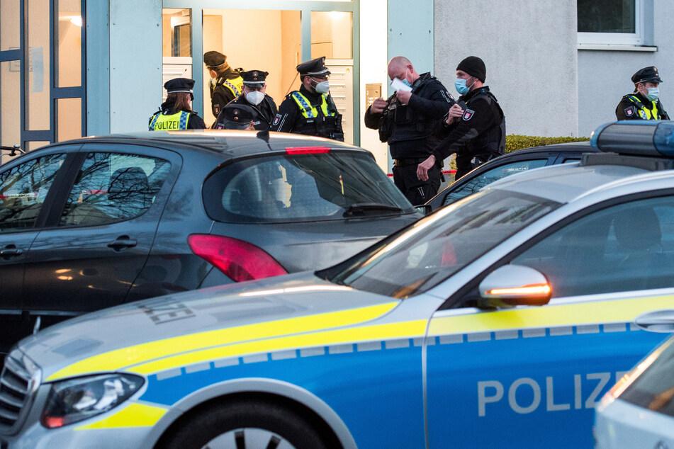 Polizisten stehen im Stadtteil Billstedt vor einer Hochhaussiedlung. Wegen hohen Blutverlustes habe Lebensgefahr bestanden, sagte ein Sprecher des Lagezentrums.