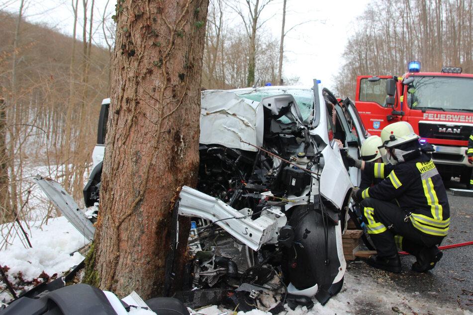Sie konnten nichts mehr tun: Ford-Fahrerin fährt gegen Baum und stirbt vor Ort