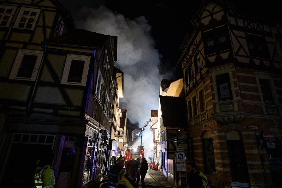 Einsatzkräfte der Feuerwehr löschen das Feuer in der Altstadt von Hann. Münden. Die Flammen griffen auf mehrere benachbarte Fachwerkhäuser über, die evakuiert wurden.