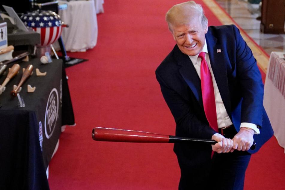 Gestatten: Der mächtigste Mann der Welt beim Schwingen eines Baseball-Schlägers.