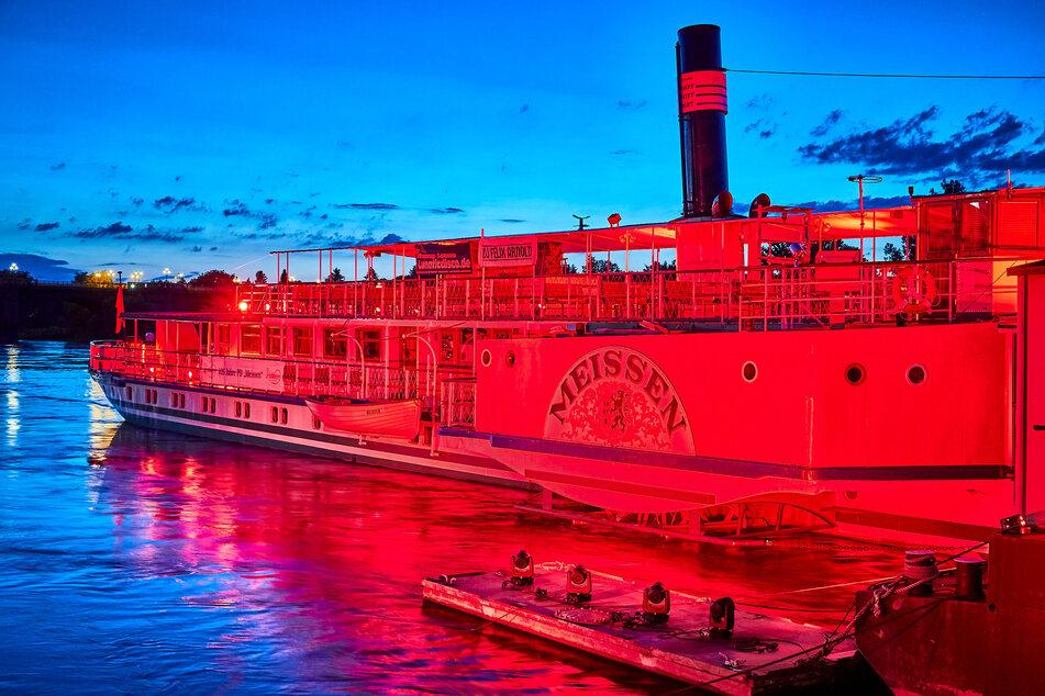 In Pirna erstrahlte das Dampfschiff Meissen rot.