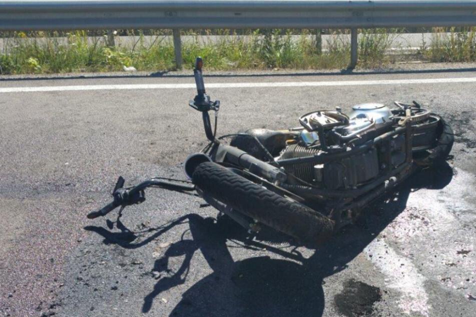 Unfall A8: Mercedes kracht auf A8 in Motorrad: 13-Jähriger stirbt, Reaktion des Autofahrers ist unfassbar