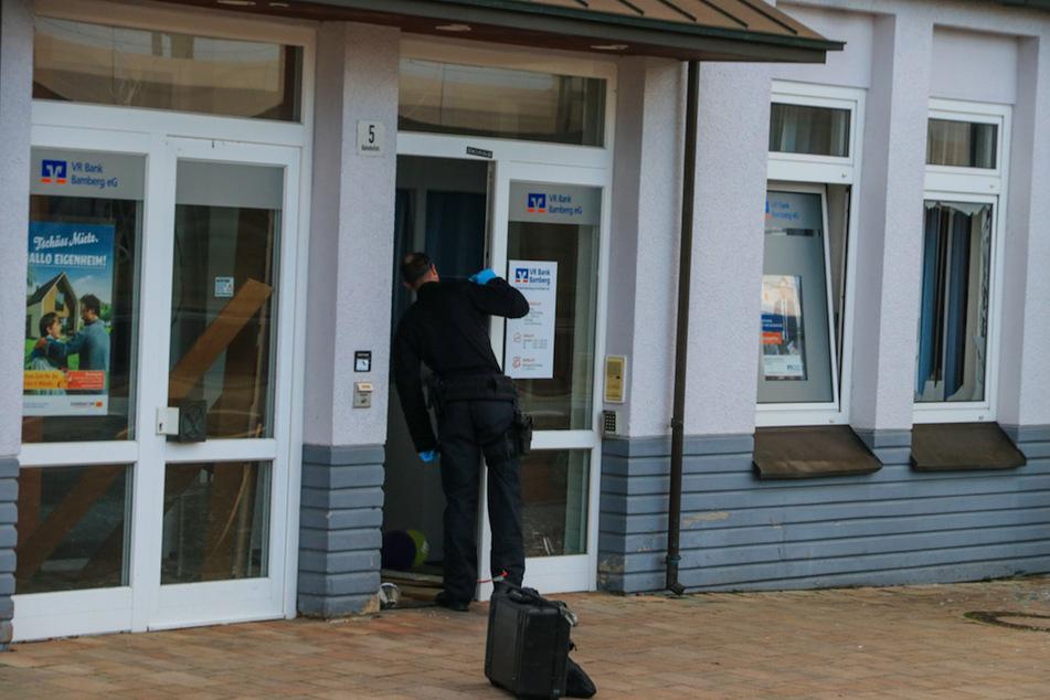 Bankräuber sprengen Geldautomaten und fliehen mit mehr als 100.000 Euro
