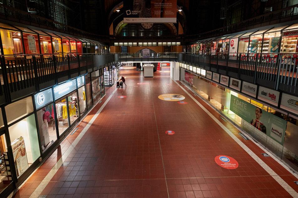 Blick in die Wandelhalle im Hamburger Hauptbahnhof. Dort hat ein Betrüger am Dienstagabend wegen ein paar Cent für Chaos gesorgt. (Symbolfoto)